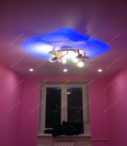 Использование люстр как центральных элементов потолочного освещения