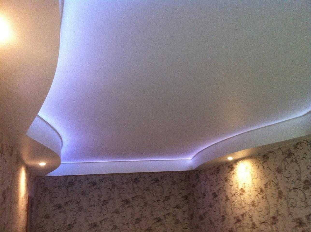 Натяжной потолок  цветной со светодиодной подсветкой